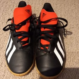 Adidas boys soccer shoes. Like new!